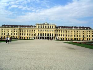 Замок Шенбрунн. Рядом проходит Штрудель шоу.